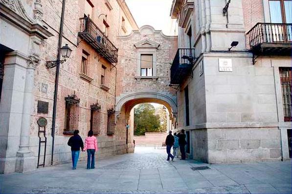 Pasarela entre la Casa de la Villa y de la Casa de Cisneros. canal-madrid.png
