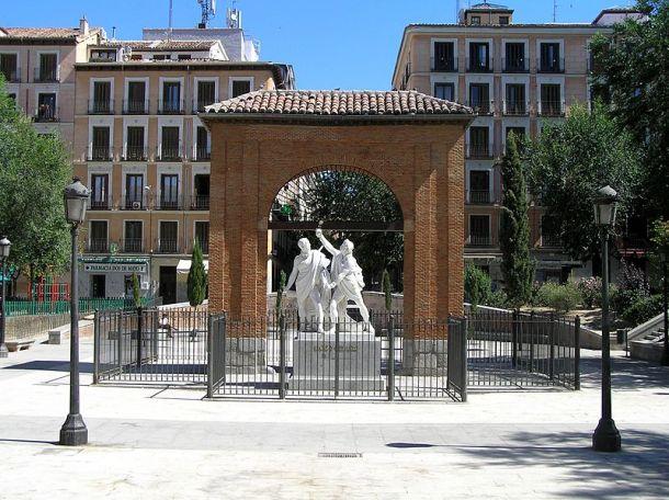 Monumento_a_Daoiz_y_Velarde_en_la_Plaza_del_2_de_Mayo_de_Madrid.jpg